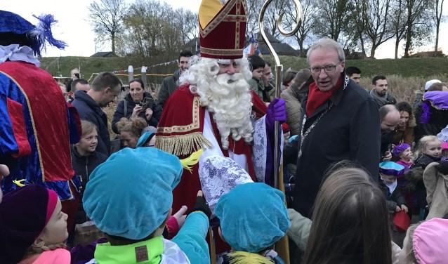 Na zijn aankomst in de haven, wordt Sinterklaas met al zijn pieten verwelkomd door de burgemeester. Kijk voor alle activiteiten ook op www.sinterklaaswoudrichem.nl.