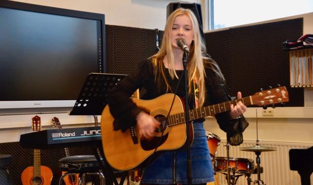 Maud Nieuwenhuis in het muzieklokaal van Het Erasmus