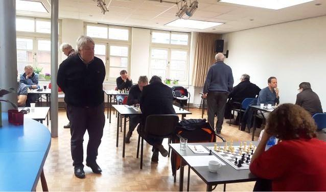 Jan Timman beoordeelt met grootmeesterlijke blik de stelling van Erwin Oorebeek.