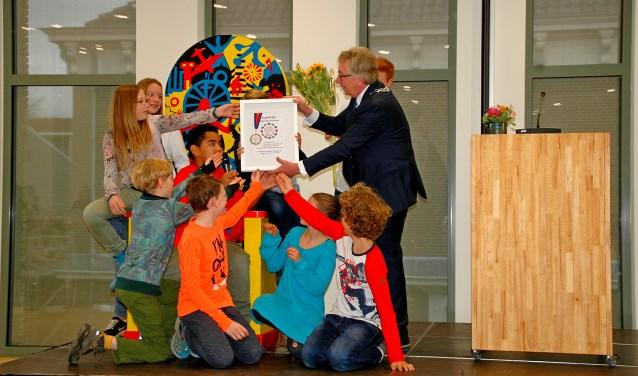 Leerlingen van groep 7 en 8 van de Jozefschool ontvingen een groepsoorkonde voor hun belangeloze inzet voor Spieren voor Spieren (foto Jan Boer)