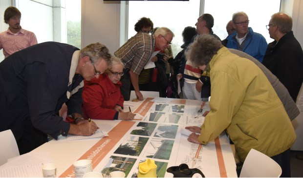 Bewoners buigen zich over de plannen van ProRail. Foto: Marianka Peters