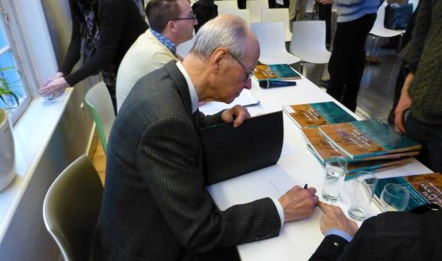 Gerrit Berends signeert zijn nieuwe boek 'Van punt tot mijl'.