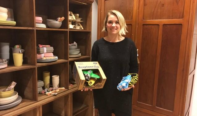 Eigenaresse Lisanne Karman-Veenstra staat hier in haar winke Bib's met in de linkerhand wasbare luiers, in haar rechterhand een duurzaam speelgoed en achter haar de kast met bamboe servies.