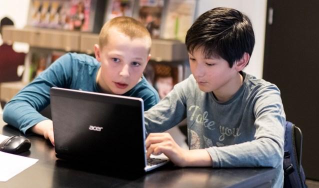 Studenten ICT van ROC Rijn IJssel werken samen met de bieb in het kader van hun college 'burgerschap'.