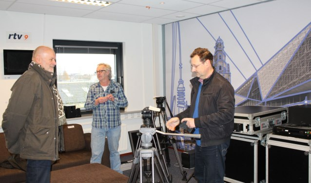 Hans Reusch en Ed Sluis waren als enige vertegenwoordigers van RTV9 aanwezig op de kijkdag aan de Einsteinweg voor de veiling van de inventaris. (Foto: Lysette Verwegen)