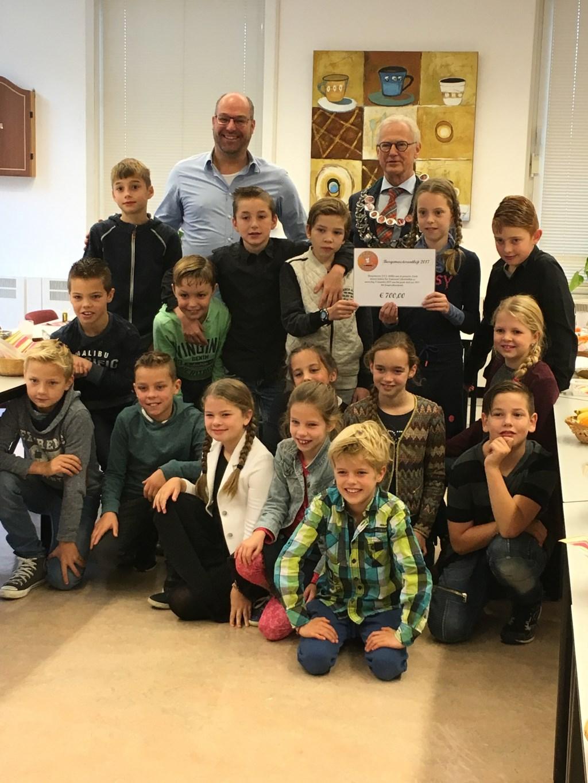 Groep 7 van de Eben Haëzer met burgemeester Lokker Foto: H. Fokker © Persgroep