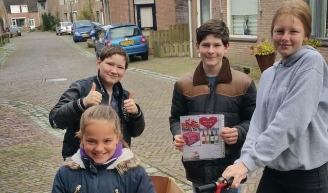 Lieve, Lente, Hugo en Nick helpen minimagezinnen aan een kerstpakket.