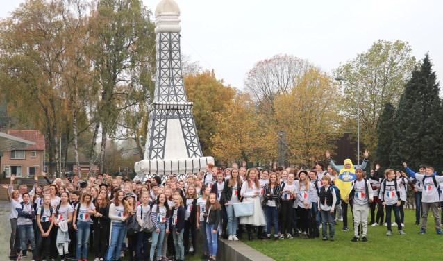 Dat alles voor één dag in het teken van Frankrijk stond, was die ochtend buiten al direct goed zichtbaar. Voor het Juniorgebouw stond een 8.5 meter hoge Eiffeltoren te zwiepen.