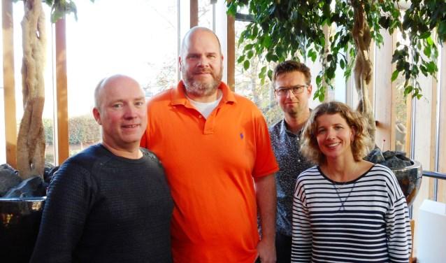 Sander Kollen (met oranje polo), wordt in de Stadsgehoorzaal, waar de vrouwenbingo wordt gehouden, vergezeld door Rikco Alers, Jasper Robbemond en Esther 't Hart (Foto: Bart van der Linden)