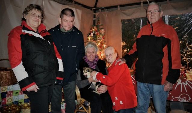 Wil (met rode trui) met haar familie en medeverkopers en de vaste bezoekers Ans en Cor.