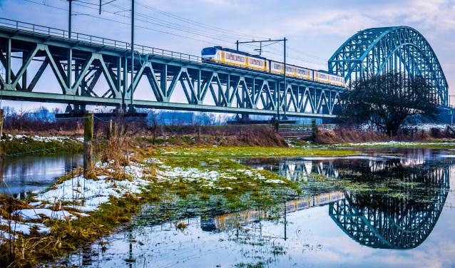 """,,Ik heb deze ook zonder trein, maar die is een stuk minder. De spiegeling van de boog in het water levert een mooie cirkel op."""""""