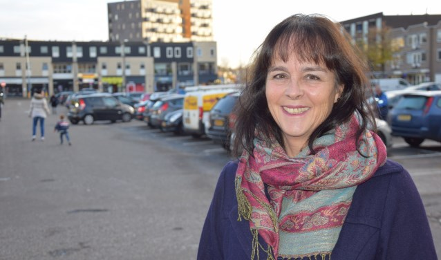 Raadslid Ria Maliepaard (PvdA) met op de achtergrond het Kuiperplein. (foto: Danny van Zeggelaar)