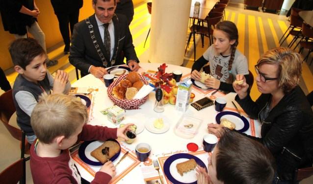 Leerlingen van De Bogerd kwamen even gezellig ontbijten bij de burgemeester. Foto: Jan Peter Geertman.