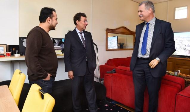 Statushouder Ammar Zwekly in gesprek met Clemens Cornielje en Peter van de Wardt. (foto: Roel Kleinpenning)