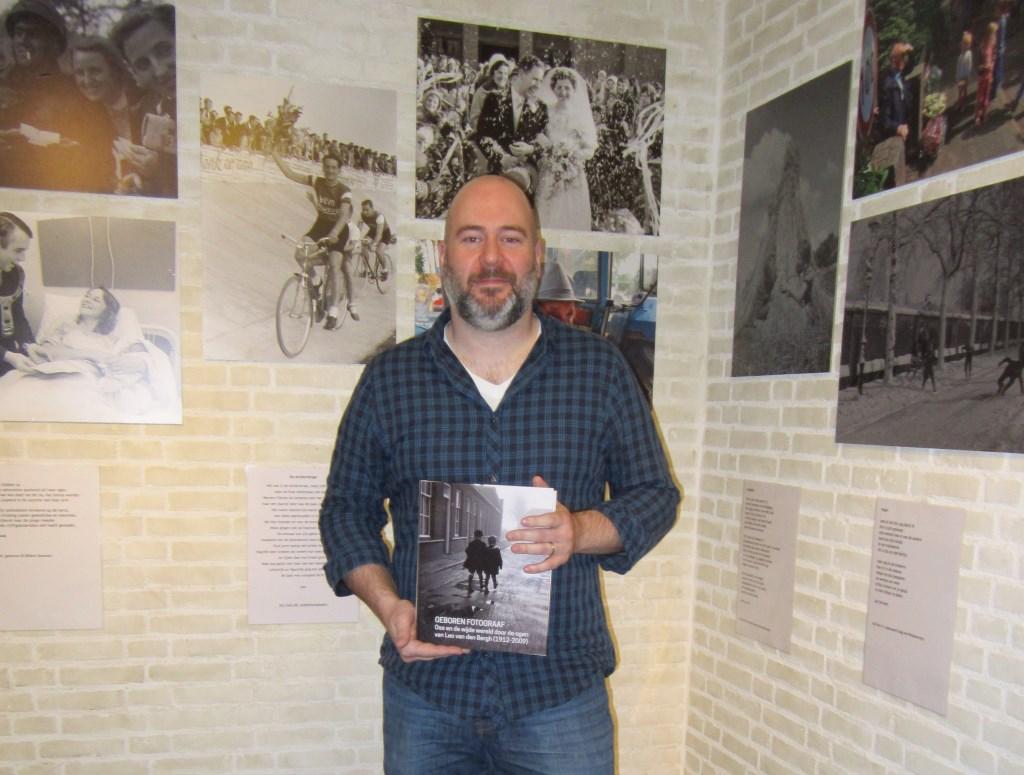 Medewerker van het Stadsarchief Jurgen Pigmans met in zijn handen het nieuwste pareltje van het archief: een fotoboek van Leo van den Bergh. Jurgen is behalve op televisie te zien ook elke twee weken in De Sleutel te lezen met zijn rubriek 'Mens en Maasland'.