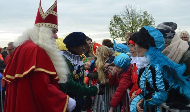 De haven stond dit jaar vol met kinderen die allemaal een handje van Sinterklaas kregen. FOTO: Ben Blom