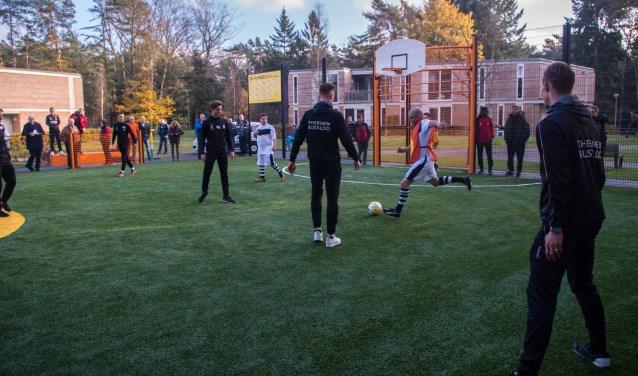 De spelers van Go Ahead Eagles in gemengde teams actief tegen en met de Hietveld All Stars. (Foto: Marc van Veen)