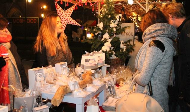 Volop Kerstsfeer in de vele leuke kraampjes en de gezellige binnenstad van Goes. foto Leon Janssens.