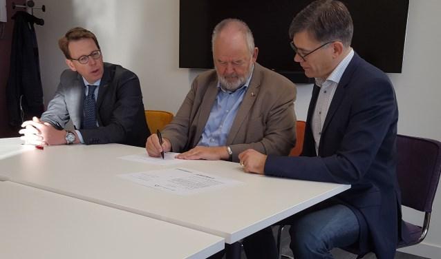 De mooie samenwerkingwerd onlangsbekrachtigd met het ondertekenen van een intentieverklaring door wethouder Johan van Wolfswinkel, coördinator Welzijn en Zorg, Arno Hogendoorn en voorzitter van Present, Martijn van Meppelen Scheppink.