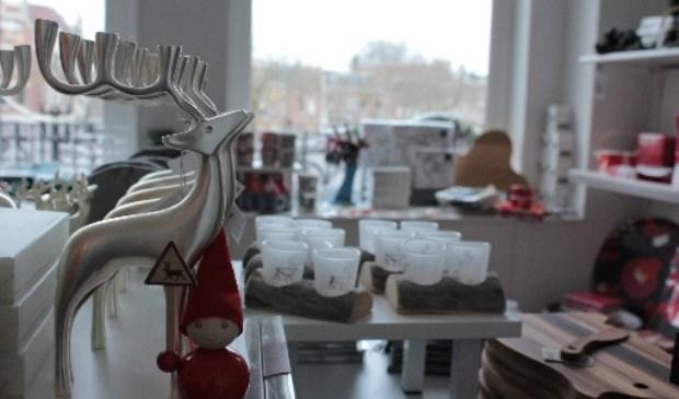 Roggebrood En Gebakken Rendier Op Kerstmarkt In De Finse Zeemanskerk