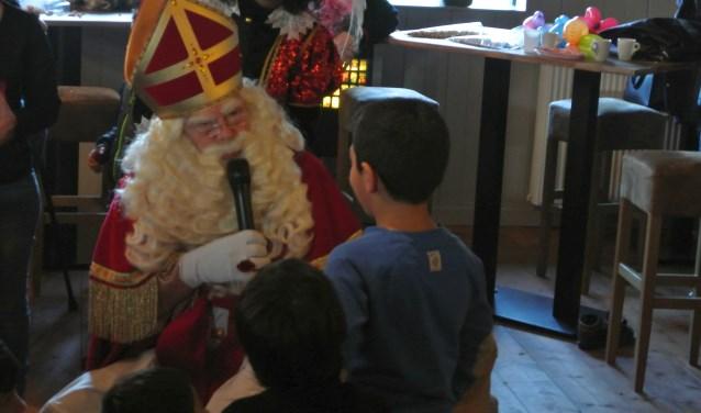 Alle kinderen mochten Sinterklaas een handje geven en ze kregen allemaal een cadeautje op de Sinterklaasmiddag van de Partypieten.