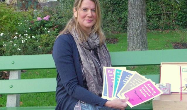 Sandra van Veen houdt zich als communicatiedeskundige graag bezig met geluk en gelooft dat je gelukkig zijn zelf kunt beïnvloeden. Allerlei hulpmiddeltjes heeft ze in haar eigen geluksdoos. Foto's: Morvenna Goudkade