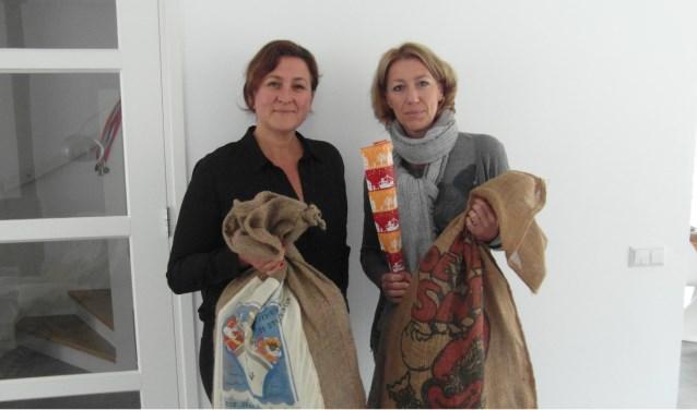 Jorine Tieleman (l) en Inge Brinkman, twee Vrienden van de Voedselbank. Zij zijn op zoek naar mensen die een Sinterklaastas willen sponsoren. Foto: Anette Aarendonk