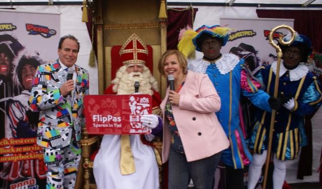 Sinterklaas ontvang van Janet Kooren (FlipPas organisatie) een grote FlipPas, zodat hij en zijn Pieten voordelig cadeaus kan inkopen in Tiel. (Foto: Marloes Lemmers)