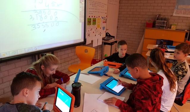 Leerlingen van groep 8 van basisschool De Piramide gebruiken dagelijks digitale software binnen het bestaande lesmateriaal. Via de iPad doen leerlingen vooral digitale reken- en spellingoefeningen. Foto: basisschool De Piramide