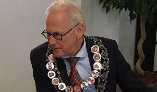 Burgemeester Lokker met de nieuwe ambsketen
