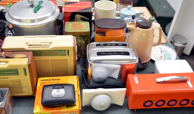 Een heel klein deel van de 120.000 objecten van het Streekmuseum Jan Anderson. Deze voorwerpen zijn onderdeel van de tentoonstelling 'Vlaardingen Werkte' (Foto: Frans Assenberg).