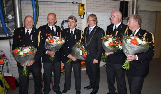 De vijf geridderden samen met burgemeester Witteman. Foto: Marcel Heunks