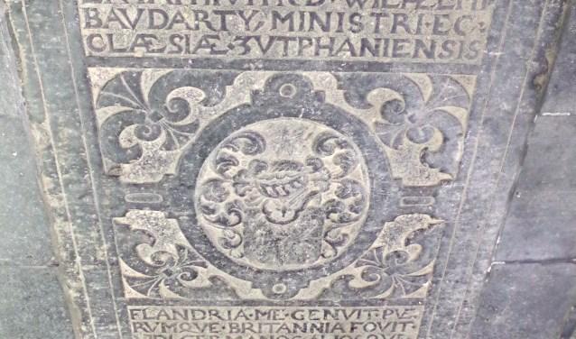 Achter in de kerk aan de oostkant in de raadskapel zag ik één van die grafstenen liggen. Het is die van dominee Baudartius de naamgever van de gelijknamige school.