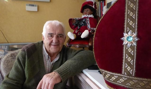 De 84-jarige Adri Burgs staat al zestig jaar klaar om Sinterklaas te ondersteunen in deze drukke periode. Hij speelde jarenlang Sinterklaas tijdens de intocht in Goes. FOTO: Rachel van Westen