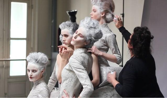 Het Scapino Ballet Rotterdam kijkt graag over de grenzen van moderne dans heen en presenteert steeds vaker theatrale stukken.