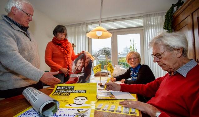 De initiatiefnemers van de Amnesty International Schrijfmarathon met van links naar rechts Frits Rommers, Lenny Blom, Lidy van Dam en Piet Blom. Foto: Yuri Floris Fotografie