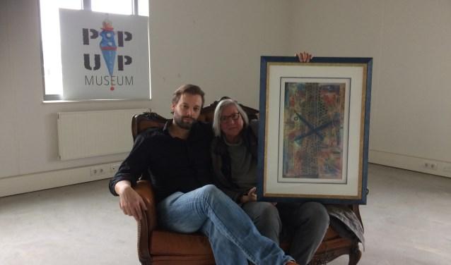 Tim Telgenhof van de Hoofdzaak en Marja van Elsberg met een schilderij van haar broer Tim Rutgers