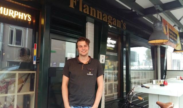Een barman staat meestal achter de tap. Maar voor bier en whiskey hadden Maarten van Oort en zijn gasten deze eerste zaterdag van november even geen tijd. (Foto: José van der Burg)