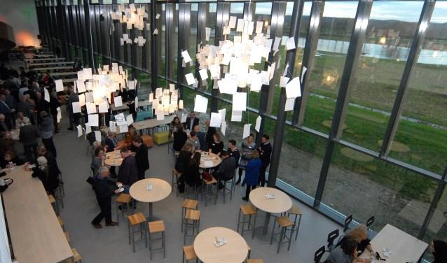 Vanuit de aula van het Merletcollege kijken de leerlingen uit op de Maas. (foto: Tom Oosthout)