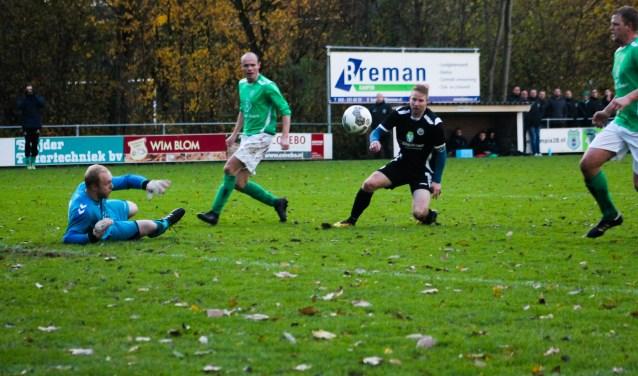 Maarten Teuben van sv Hatto-Heim (donkere tenue) scoorde zijn 13e doelpunt van het seizoen. (foto: Gradus Dijkman)