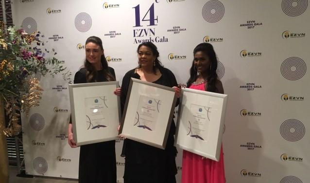 De drie finalisten met hun oorkonde, Tessa staat links.