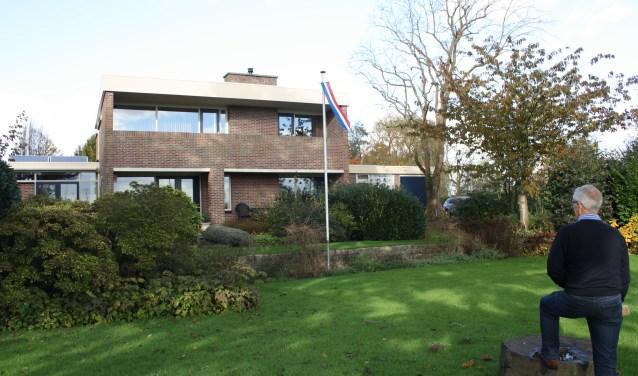 Jan Vermeulen kijkt met andere ogen naar zijn eigen huis. De gemeente Lansingerland bestempelt zijn vleugels als 'bijgebouwen'.   Foto: GvL