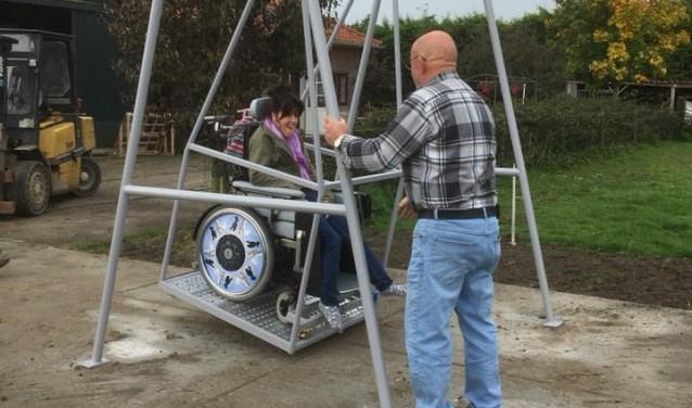Winny is gehandicapt en zit in een rolstoel. Ze vind de rolstoelschommel van Jan van de Meer prachtig en krijgt er geen genoeg van.