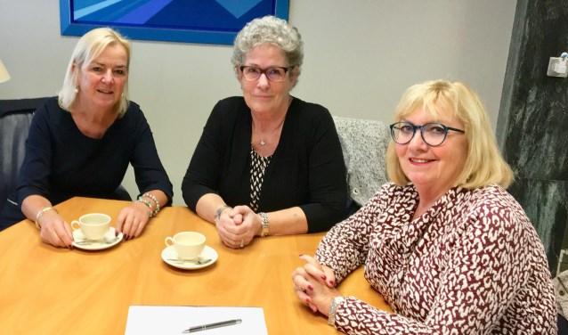 Elly Rouwenhorst (voorzitter), Ria Mulder (penningmeester) en Astrid Roukema (secretaresse) van Stichting Buurtmensen bruisen van energie en organiseren voor kwetsbare jongen en ouderen een middag om nooit te vergeten.
