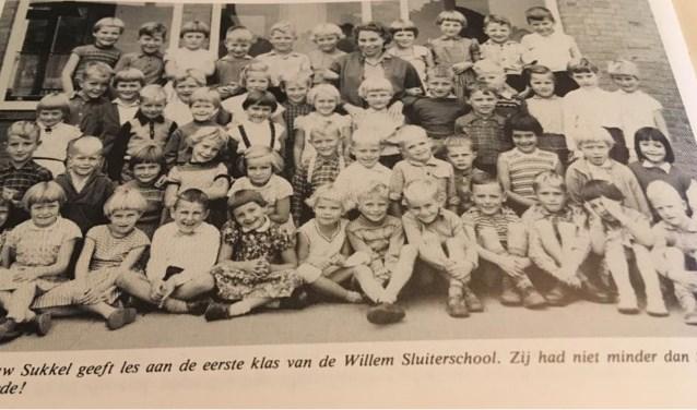 De eerste klas van de Willem Sluiterschool in 1953. Boven in het midden juffrouw Sukkel.