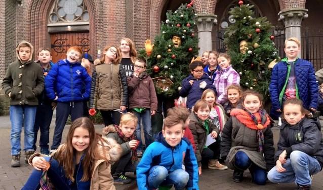 Een aantal leden van Scouting Cuijk in kerstsfeer.