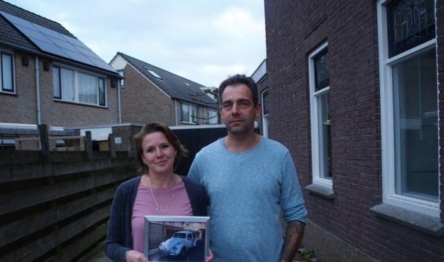 Martin en Rachel op hun lege oprit, met in de hand de foto van hun geliefde kever.