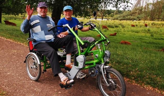 Gewoon een stukje fietsen met een duofiets verruimt al de horizon voor veel senioren en levert een scala aan sociale contacten op. (Foto: Vlaardingen in Beweging)