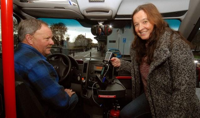 Ook bij dienstdoend chauffeur Bert Willems kan de pinpas gebruikt worden (Foto: Tom Oosthout).