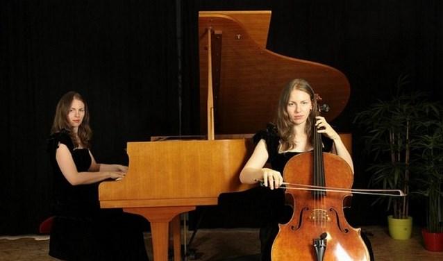 Lisa Franken wisselt tijdens het concert Onder-De-Trap piano en cello af. Op het programma staan werken van J.S. Bach, F. Schubert, M. Ravel en E. Ysaye. Maar ook A. Piazzolla komt ookaan bod.
